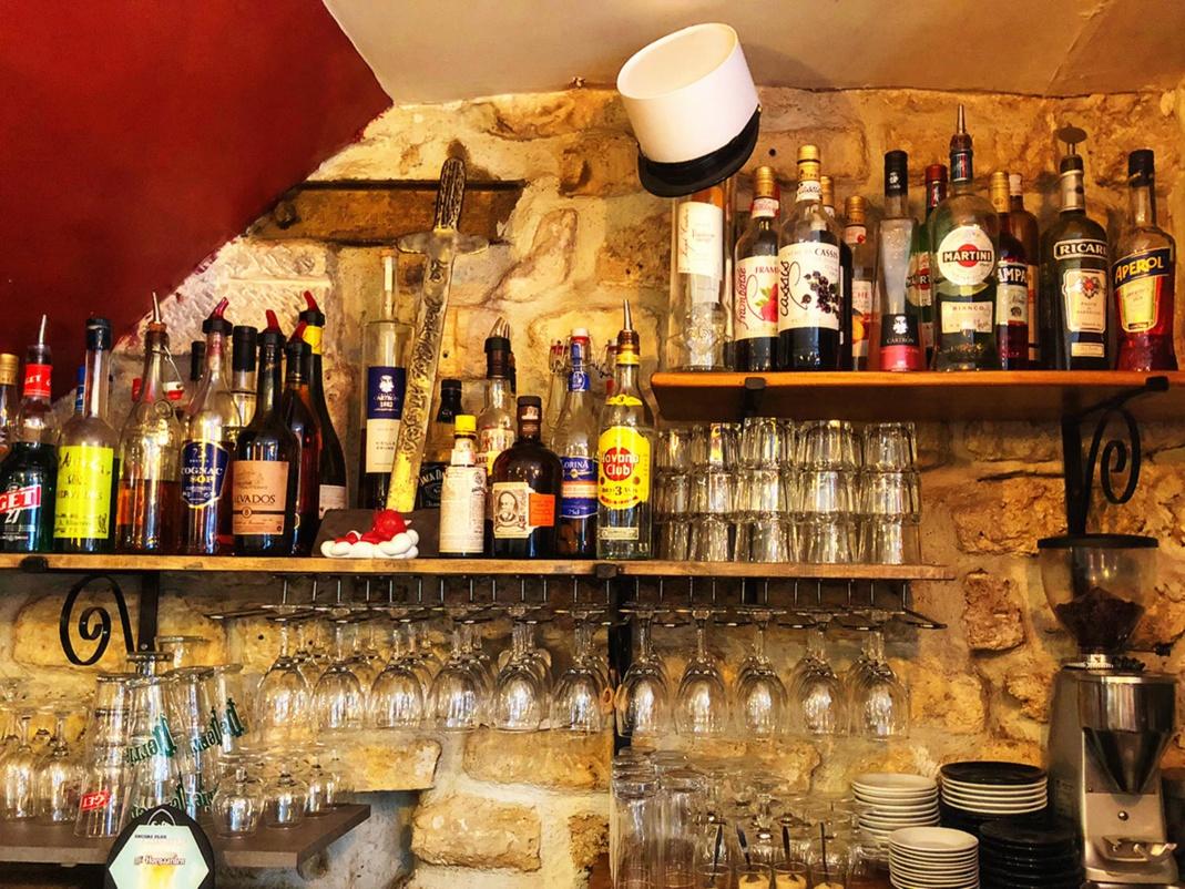 Le Képi Blanc qu'on retrouve souvent dans les œuvres de Mara Tranlong, cette fois acroché à une bouteille du restaurant...