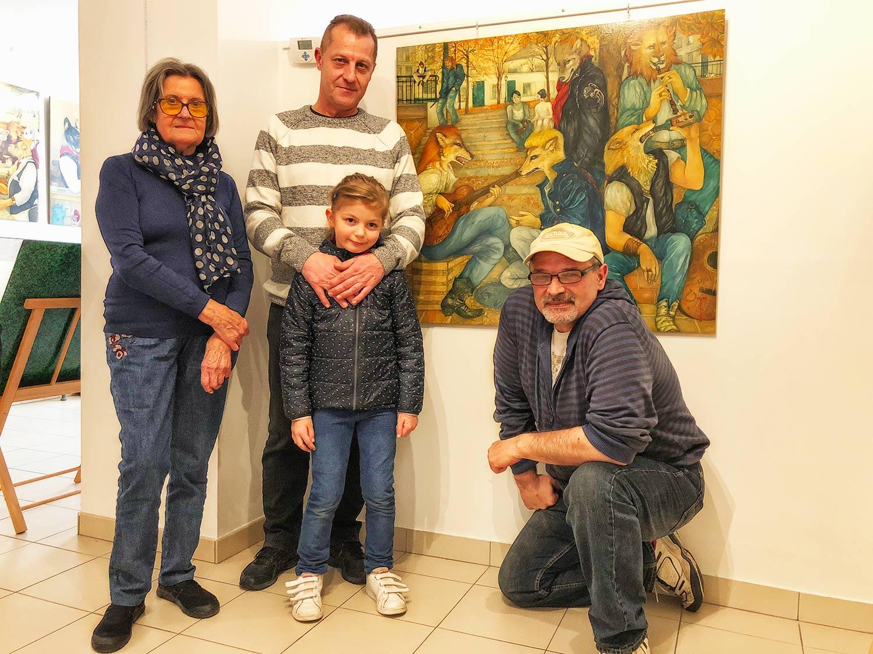 """Mara Tranlong et deux ex """"Loulous de Montmartre"""" avec en fond """"Toujours le même refrain"""" oeuvre N°8 de la collection"""