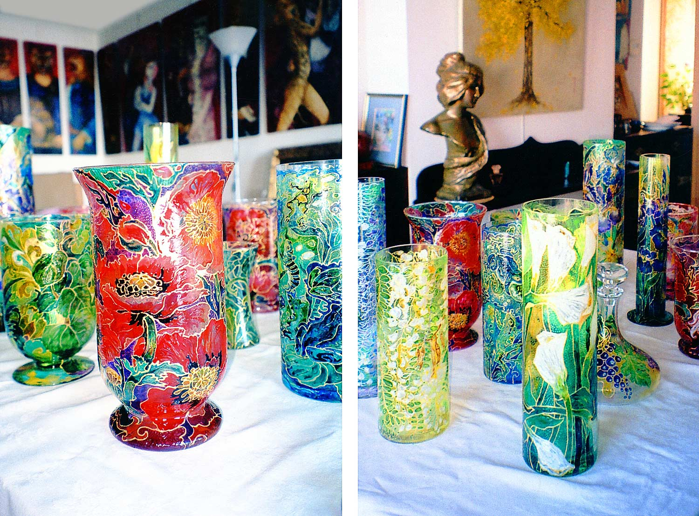 """Mara Tranlong vases en verre et Gutta dans son atelier-appartement. Au fond """"La Scène Animalière"""" et un Ginko"""